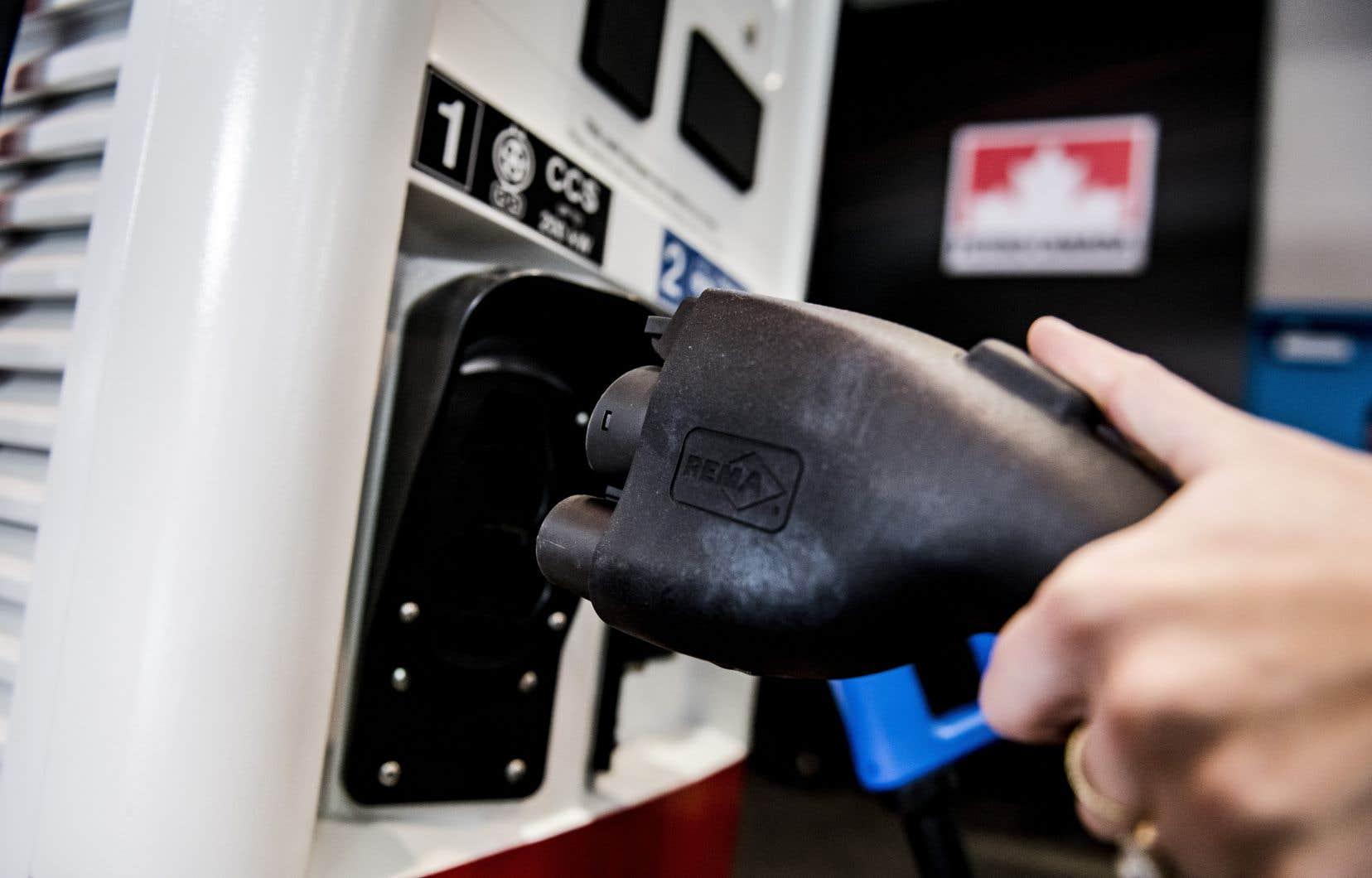 Des discussions entre Bâtirente et Suncor, géant du secteur pétrolier, ont mené à la mise en place d'un réseau de bornes électriques dans des stations Petro-Canada.