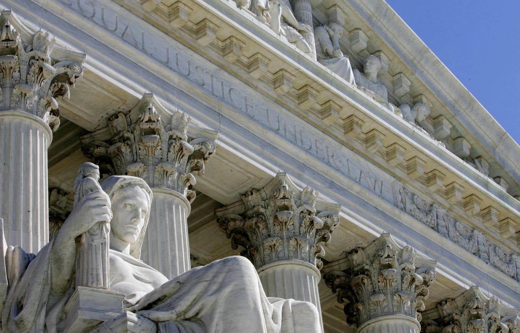 En vertu de la Constitution, les sages de la haute cour sont nommés à vie par le président et confirmés par le Sénat, mais leur nombre dépend d'une simple loi.