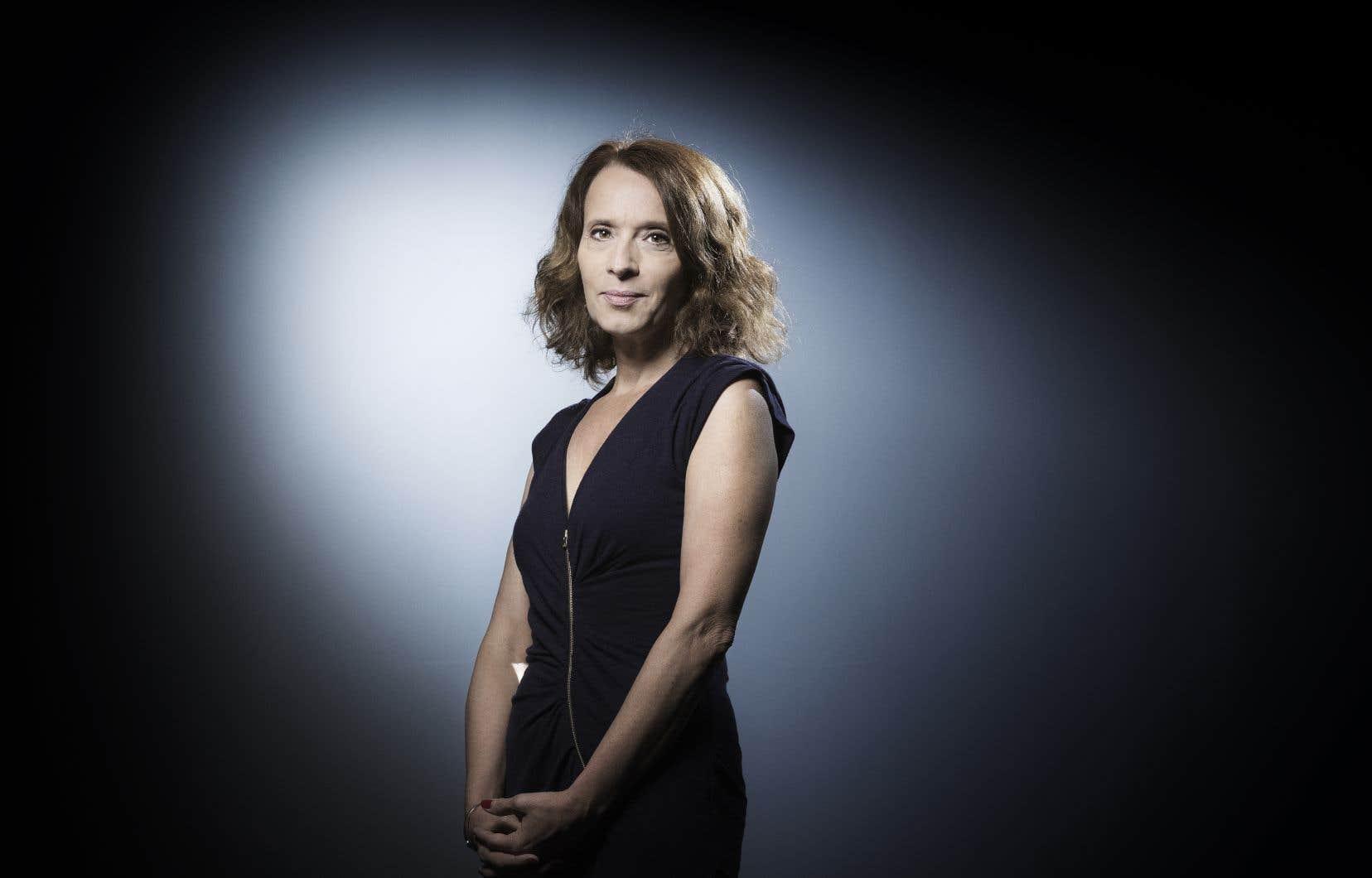 À travers Hélène, sans doute le personnage le plus nuancé, Véronique Olmi illustre l'impact des bouleversements politiques dans chaque classe sociale.