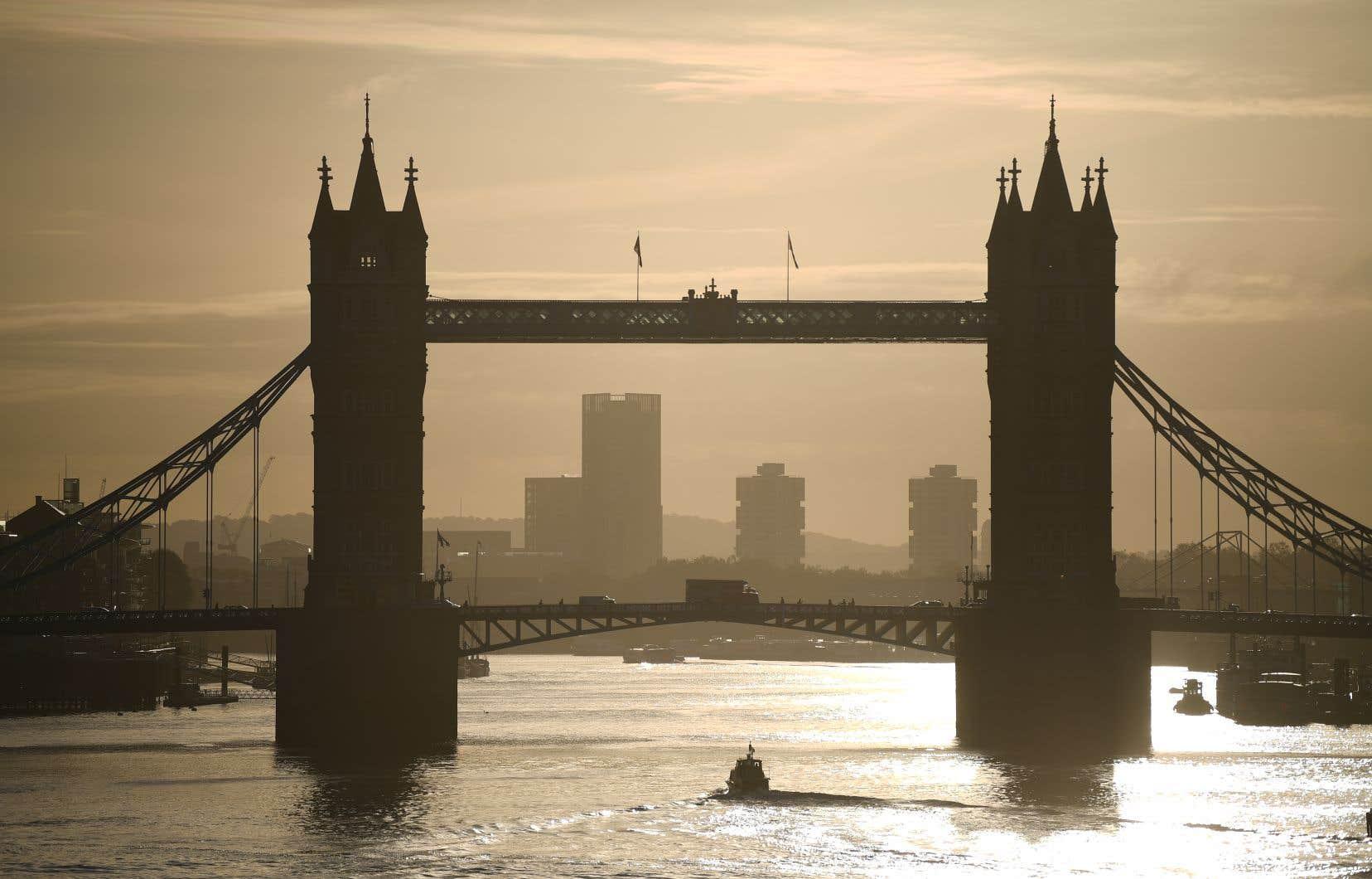 Le gouvernement britannique a relevé le niveau d'alerte pour Londres et sept autres zones en Angleterre, interdisant à quelque 11 millions d'habitants supplémentaires de rencontrer amis et famille à l'intérieur dès samedi.