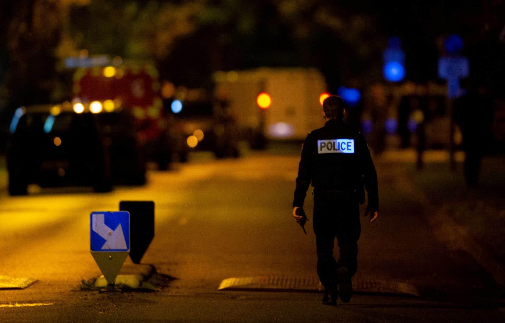 Vers 17 h (heure locale), vendredi, des policiers de Conflans–Sainte-Honorine, en France, ont été appelés pour un individu suspect rôdant autour d'une école. Sur place, les agents ont fait la découverte macabre de la victime.