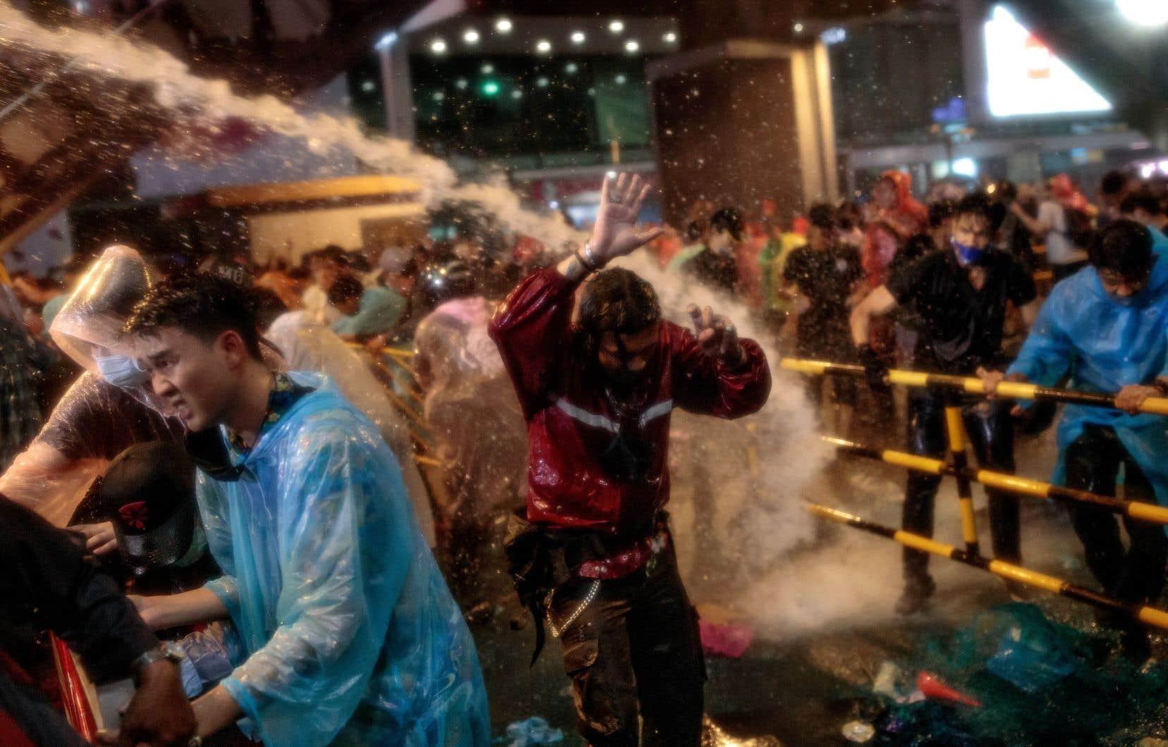 Des canons, mélangeant eau et produits chimiques, ont été utilisés par la police antiémeute contre les contestataires.