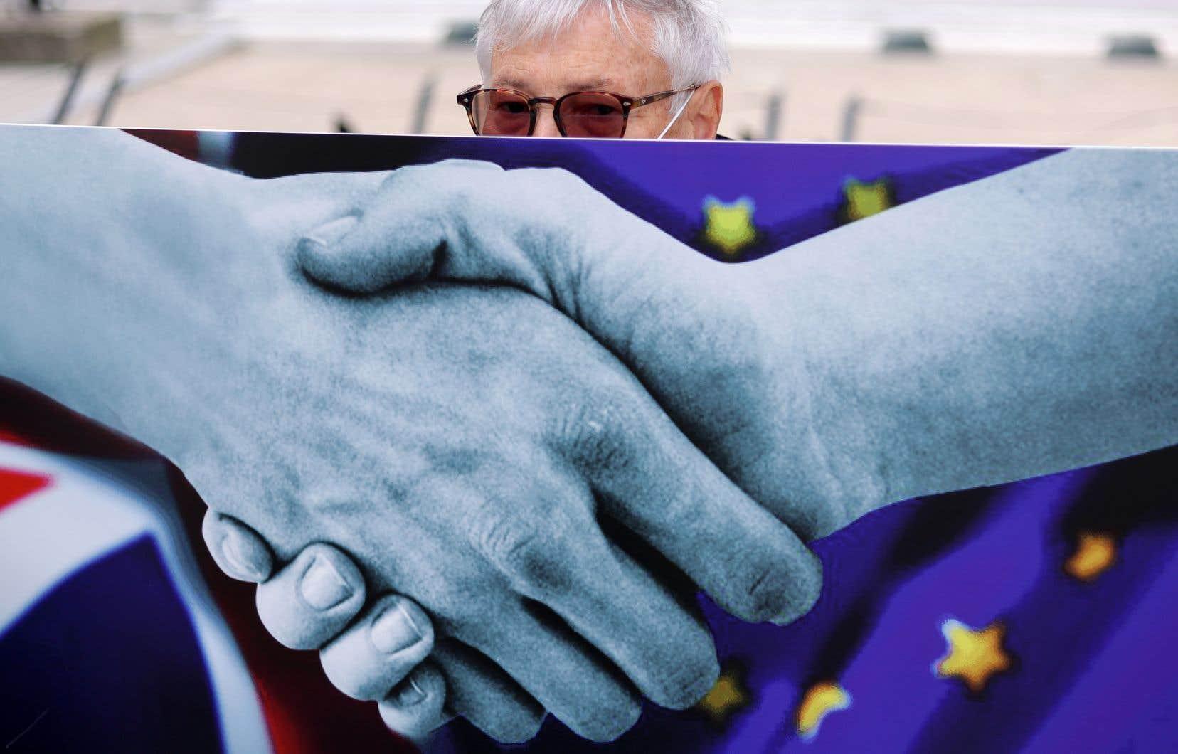 Londres et Bruxelles «ont convenu de se parler lundi pour discuter du format» des pourparlers, actuellement dans l'impasse.
