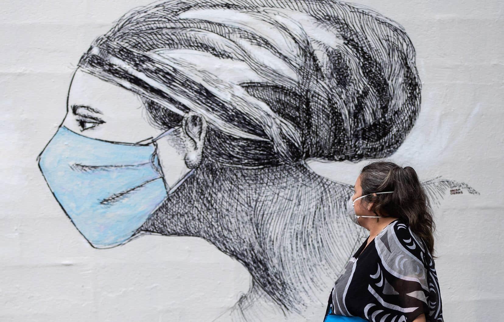 Dans les rues de Vancouver, le port du masque semble plus fréquent qu'à Montréal. Une grande proportion de piétons ne prennent pas la peine de retirer leur couvre-visage en sortant d'un lieu clos.