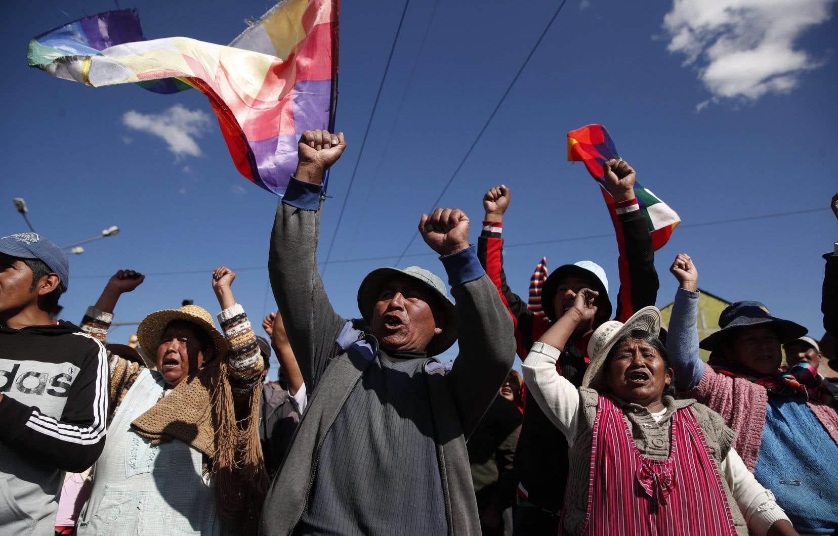 «La violence raciste et politique s'est abattue contre les Autochtones du pays et contre les mobilisations des citoyens, surtout dans les quartiers populaires des villes et contre les militants du parti d'Evo Morales, le Movimiento al Socialisme (MAS)», écrivent les signataires.