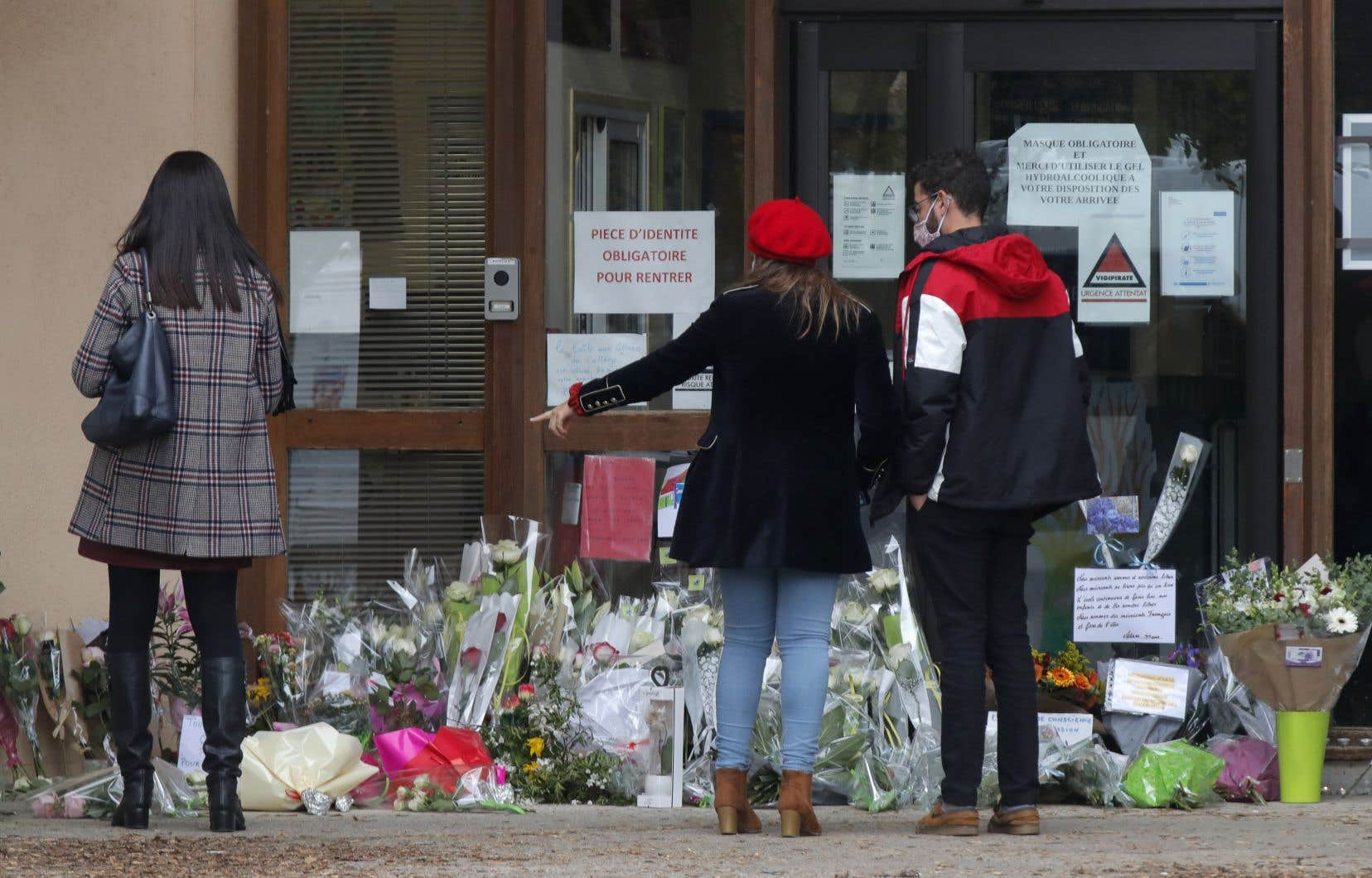 Le hommages à l'école de Conflans-Sainte-Honorine où enseignait Samuel Paty fusaient, samedi, de nombreux passants étant venus déposer des gerbes de fleurs à l'entrée.