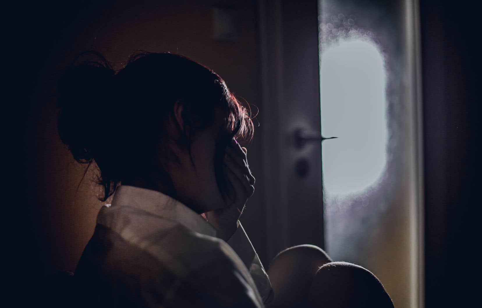 Le concept de contrôle coercitif, important dans le domaine de la violence entre partenaires intimes, témoigne du fait que la violence conjugale est ressentie de façon cumulative plutôt qu'épisodique. Les victimes vivent dans un environnement de contrôle maintenu notamment par l'isolement, les menaces, la surveillance, l'intimidation et le dénigrement.
