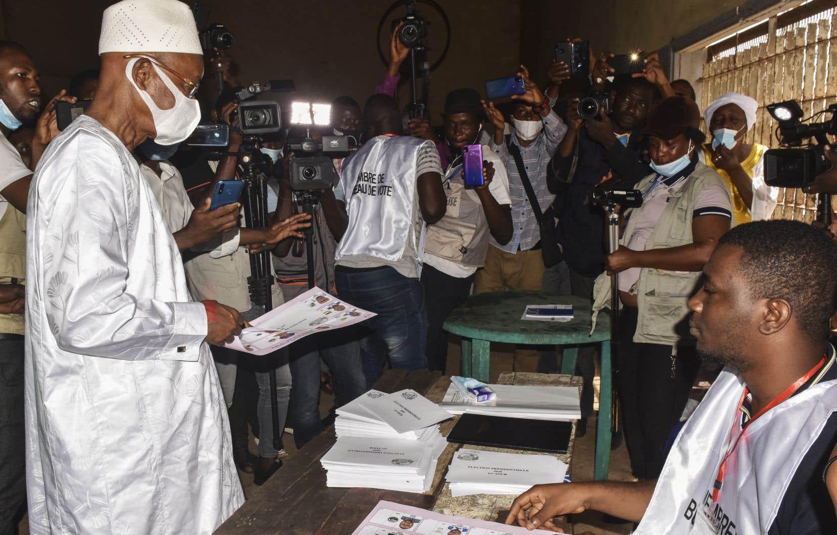L'Union des forces démocratiques, le parti de Cellou Dalein Diallo, que l'on voit ici voter à Conakry, dit craindre de se faire «voler» la victoire, comme cela fut le cas selon lui en 2010 et 2015, déjà contre M.Condé.