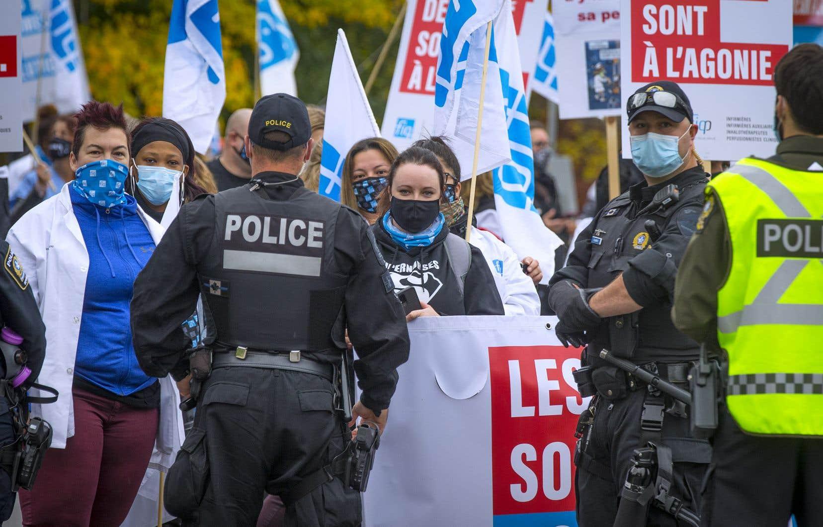 À Montréal, la circulation a été bloquée en direction sud seulement, à l'entrée du pont Jacques-Cartier.