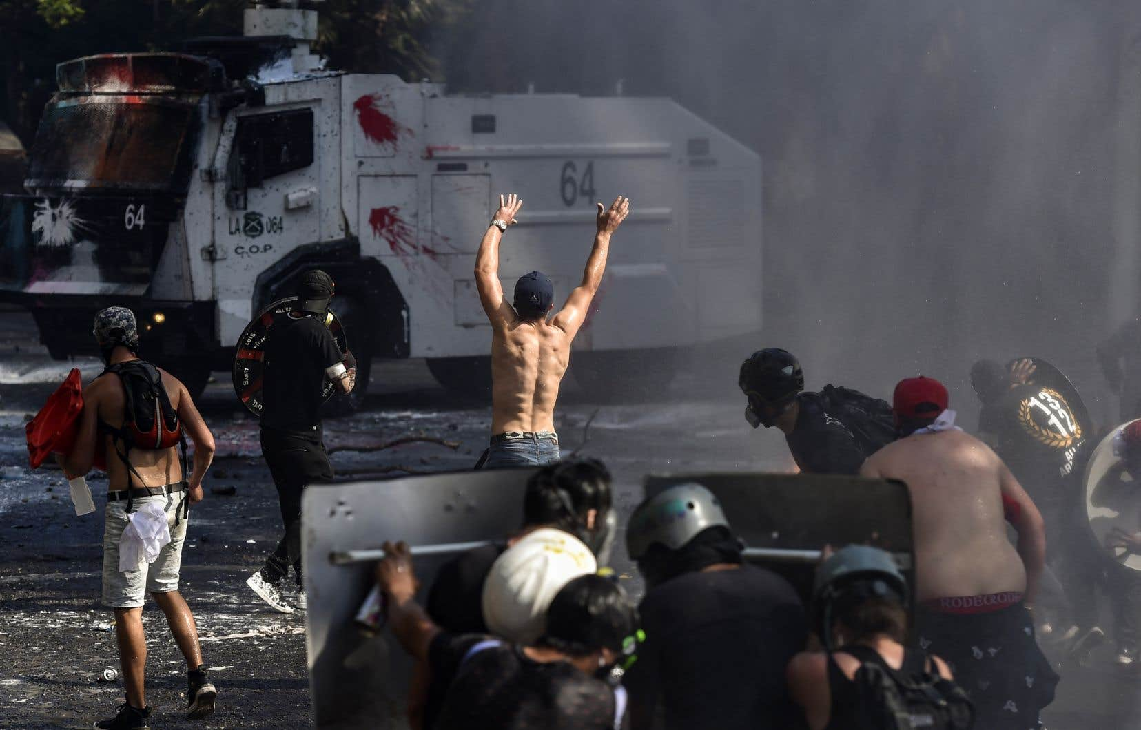 Des affrontements ont éclaté en fin de journée entre manifestants et forces de l'ordre, déployées en masse dans le centre de la capitale.