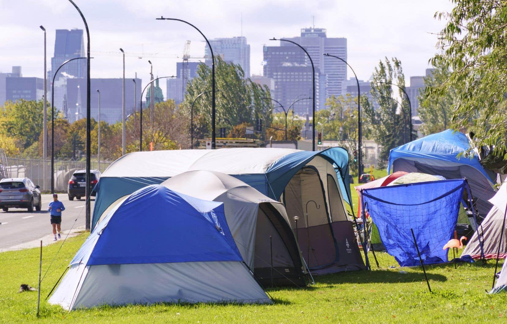 Des rangées de tentes dans un camp pour sans-abri le long d'un boulevard très fréquenté à Montréal, le jeudi 8 octobre 2020. De nombreux sans-abri craignent que le fait d'être confinés dans un refuge les rende plus susceptibles de contracter le COVID-19.