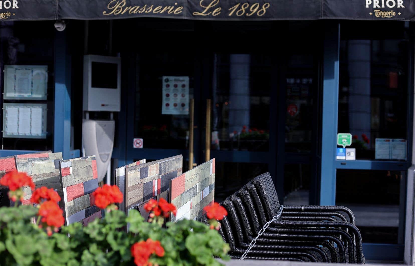 En Belgique, cafés et restaurants sont fermés pendant quatre semaines et un couvre-feu est entré en vigueur lundi de minuit à 5 h.