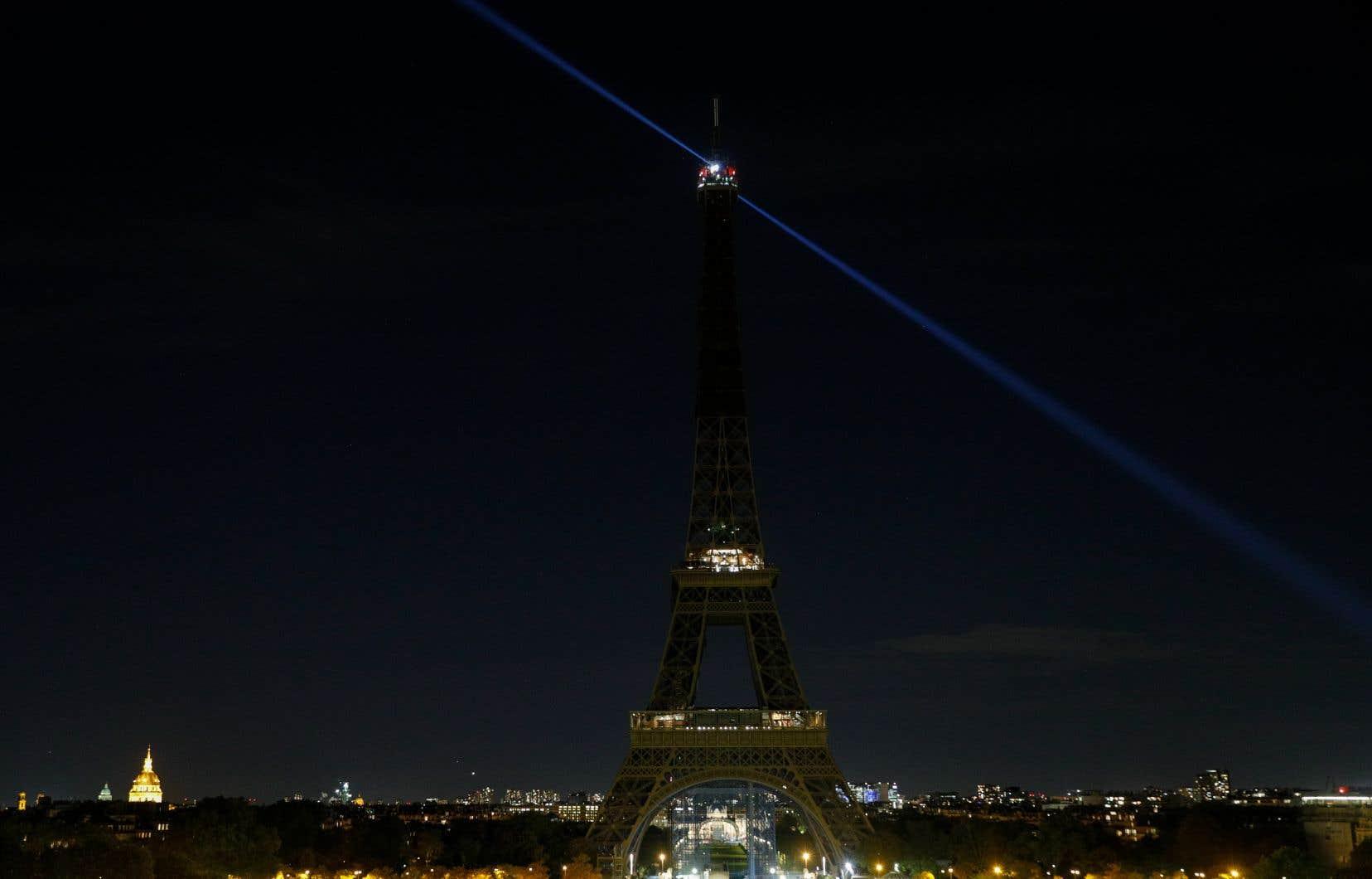 Les lumières de la tour Eiffel ont été éteintes mercredi soir, durant l'hommage au professeur Samuel Paty, décapité en pleine rue par un terroriste islamiste. L'homme voulait «venger le Prophète» contre cet enseignant qui avait montré des caricatures de Mahomet lors d'un cours sur la liberté d'expression.