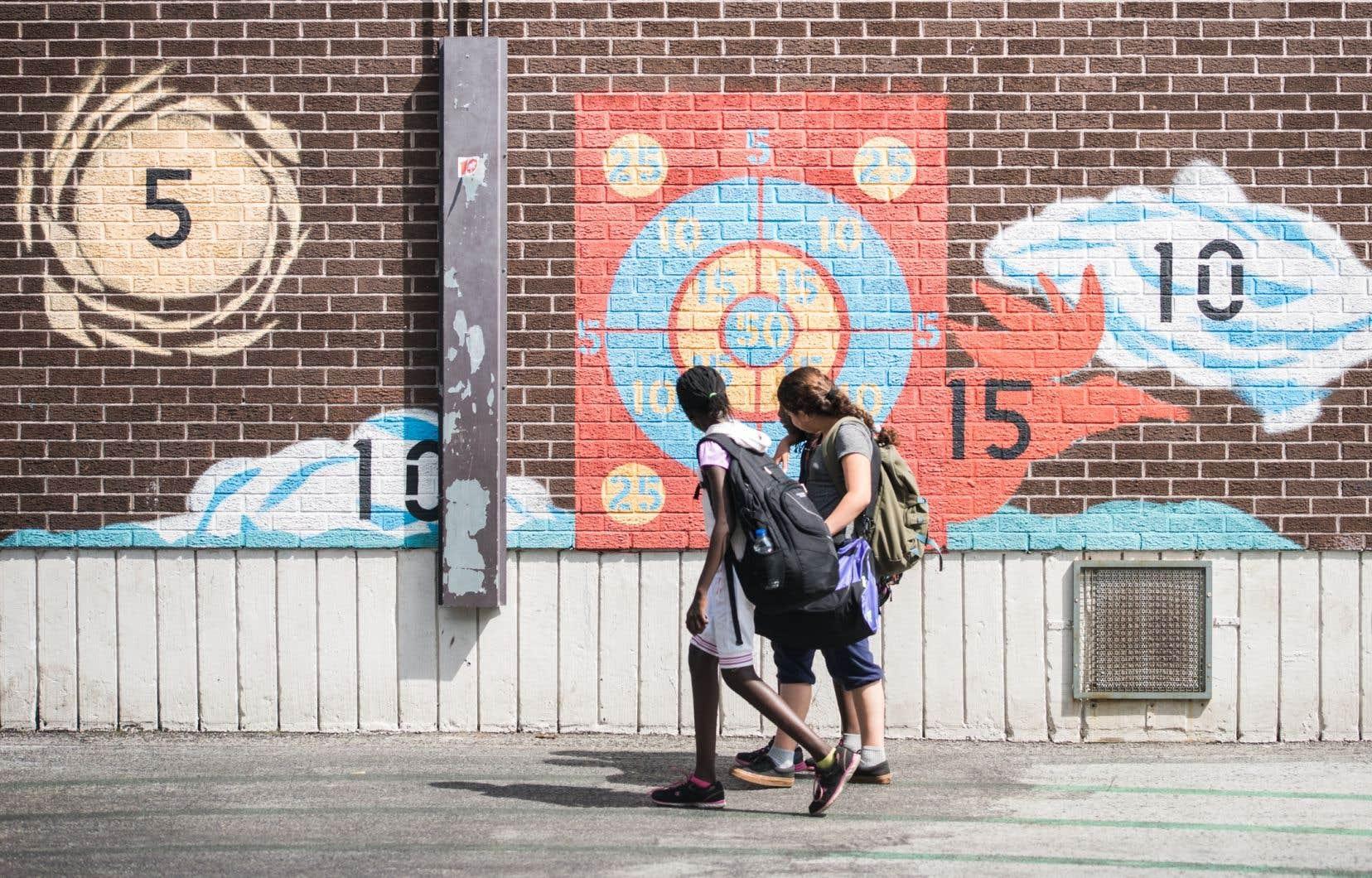«On continue à confiner les universités, les cégeps, on ferme les 4e et 5e secondaire un jour sur deux, et on leur coupe aux jeunes le droit de faire du sport organisé», écrit l'autrice.