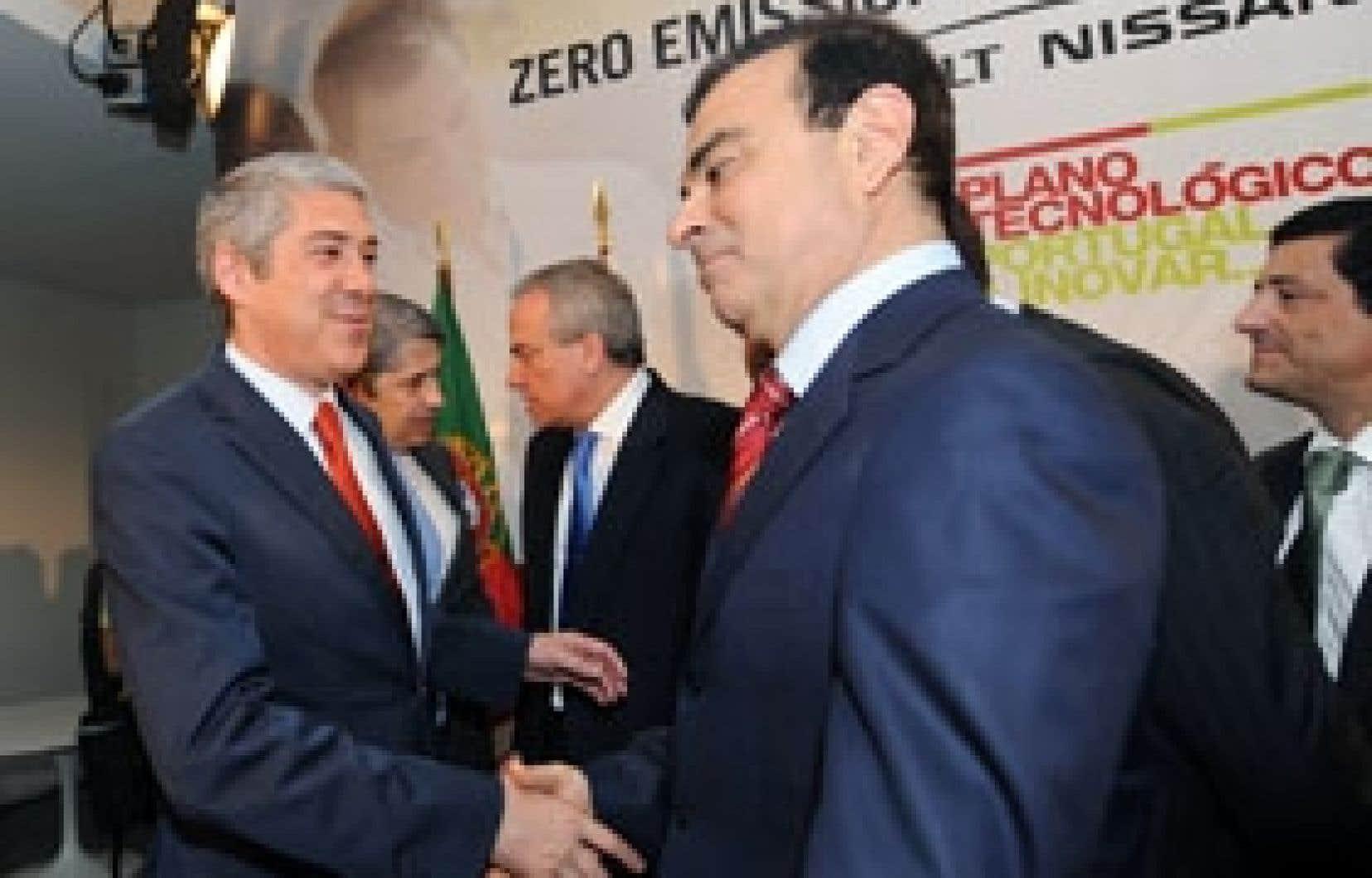 Le premier ministre portugais, José Socrates, a serré la main du patron du groupe Renault-Nissan, Carlos Ghosn, scellant ainsi un protocole d'accord signé hier à Lisbonne. Le gouvernement portugais s'engage à créer les conditions favorables à