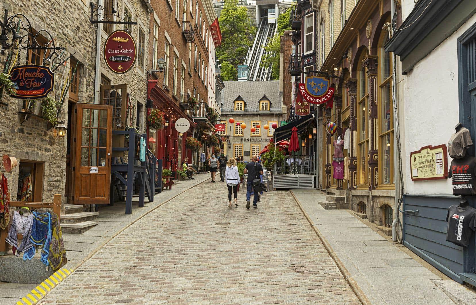 Des touristes arpentaient les rues désertées du Vieux-Québec en juillet dernier.