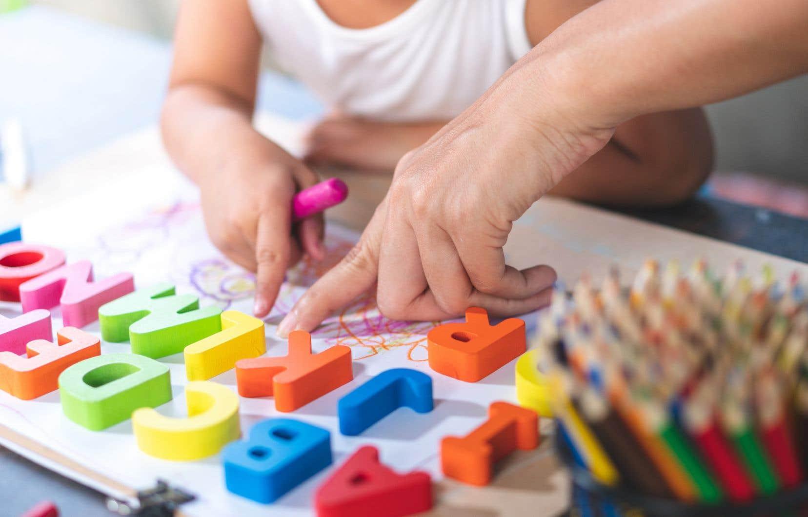 La formation proposée par Québec mise sur des «activités universelles», appliquées uniformément aux tout-petits, comme l'apprentissage des lettres de l'alphabet.