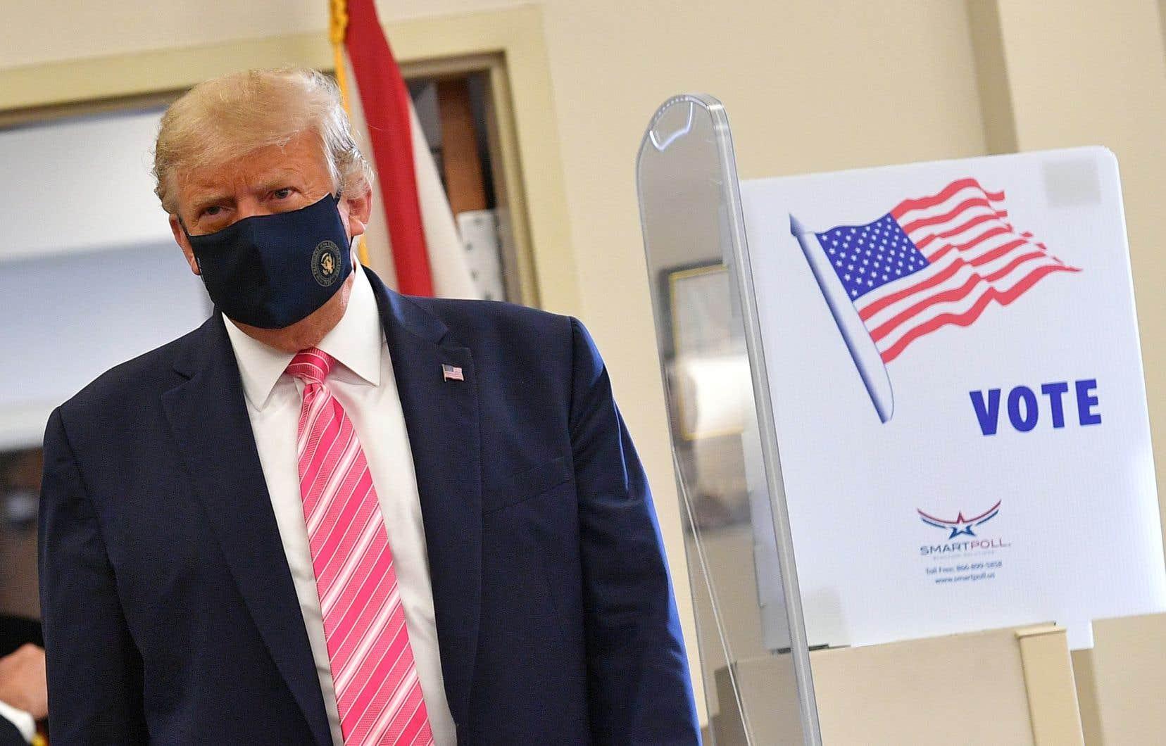 «J'ai voté pour un type appelé Trump», a déclaré le président américain après avoir fait son devoir de citoyen dans une bibliothèque de West Palm Beach, en Floride.