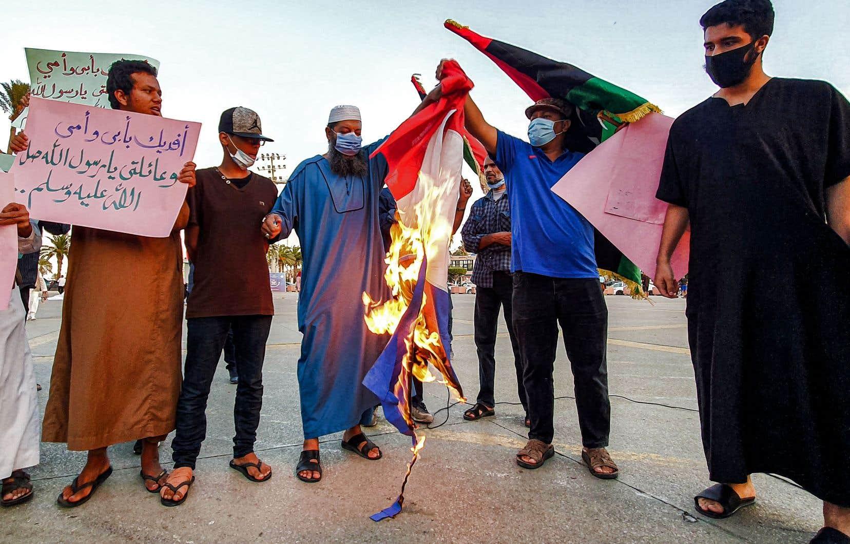 En Libye, où les propos de M.Macron ont été qualifiés de «provocateurs» sur les réseaux sociaux, une manifestation a eu lieu dimanche sur la grande Place des Martyrs, dans le centre-ville de Tripoli.