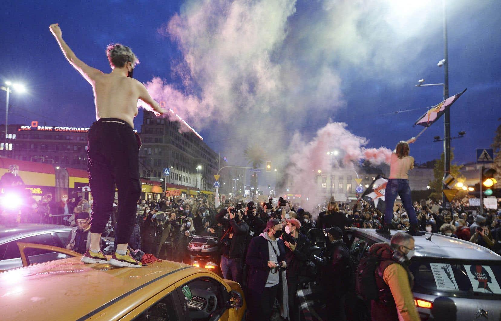 À Varsovie, les manifestants, pour la plupart des jeunes femmes, ont bloqué plusieurs croisements du centre-ville, paralysant le trafic.