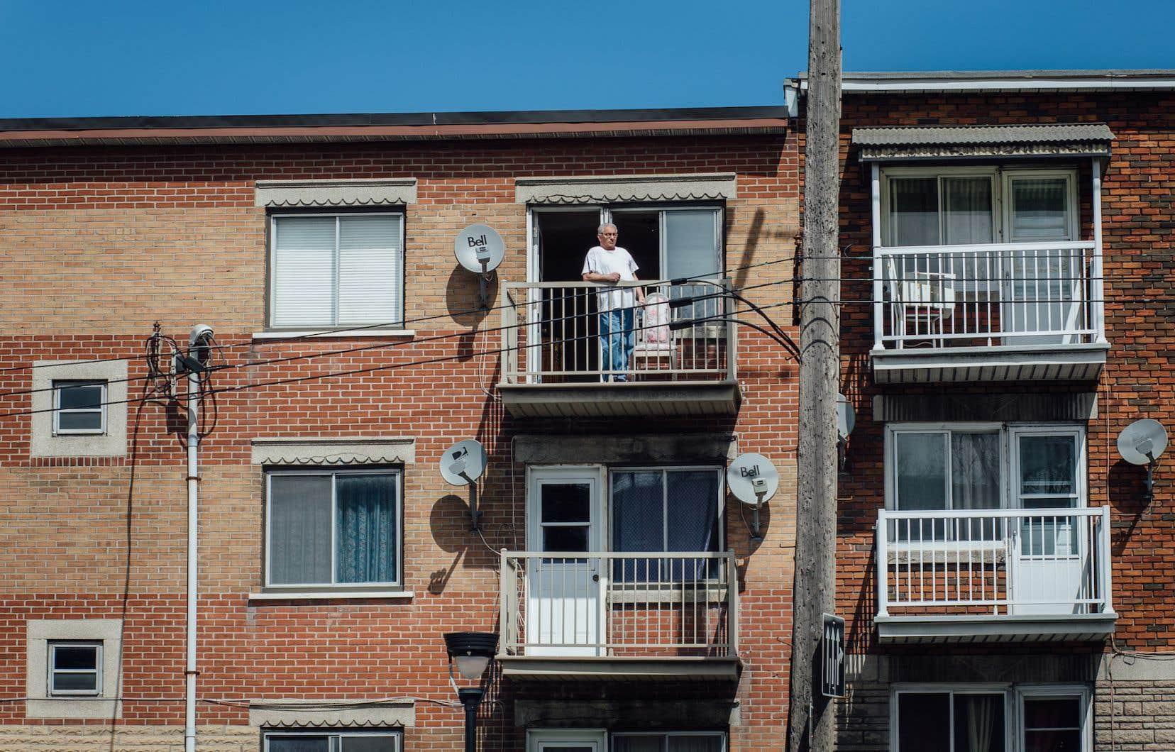 Un résident du quartier Parc-Extension de Montréal sur son balcon, cet été.