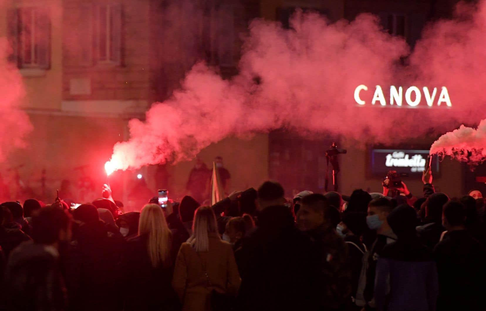 Mardi soir, des milliers d'Italiens sont descendus dans les rues de Rome pour protester contre les mesures imposées pour endiguer la deuxième vague de COVID-19.