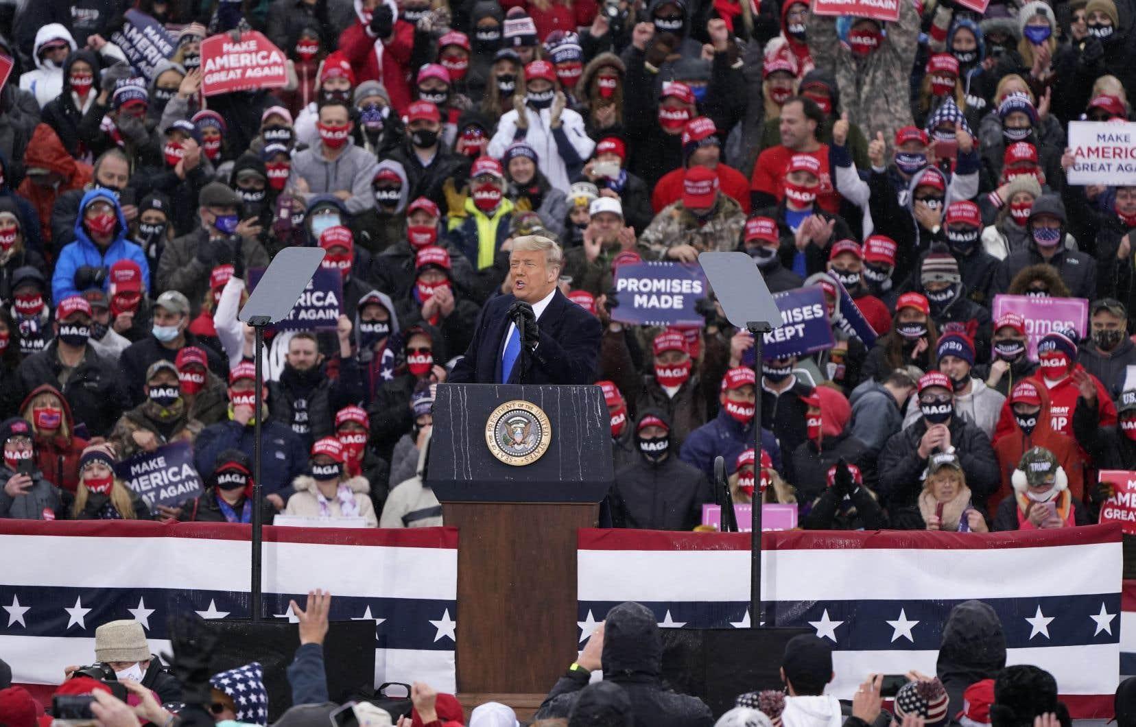 «Alors que les États-Unis sont le pays le plus touché par la COVID-19, Donald Trump se concentre sur sa campagne électorale», écrivent les auteurs.