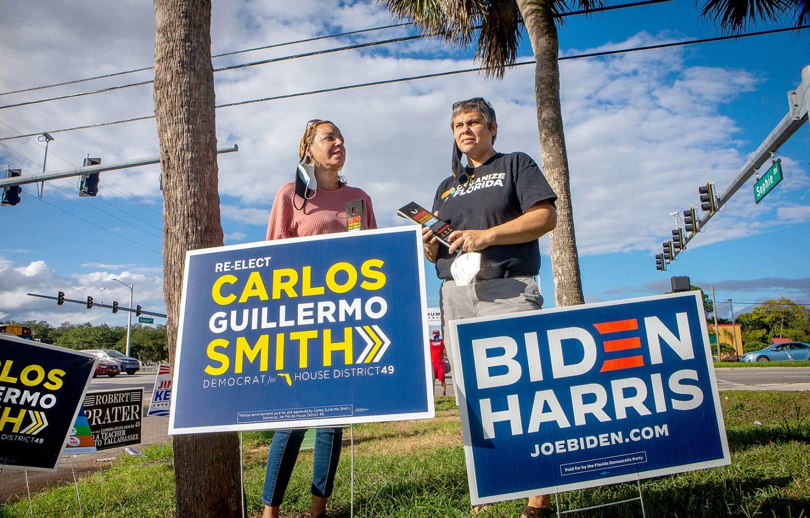 Millie Santiago et Ericka Gomez-Tejada, derrière des pancartes électorales démocrates, à Orlando