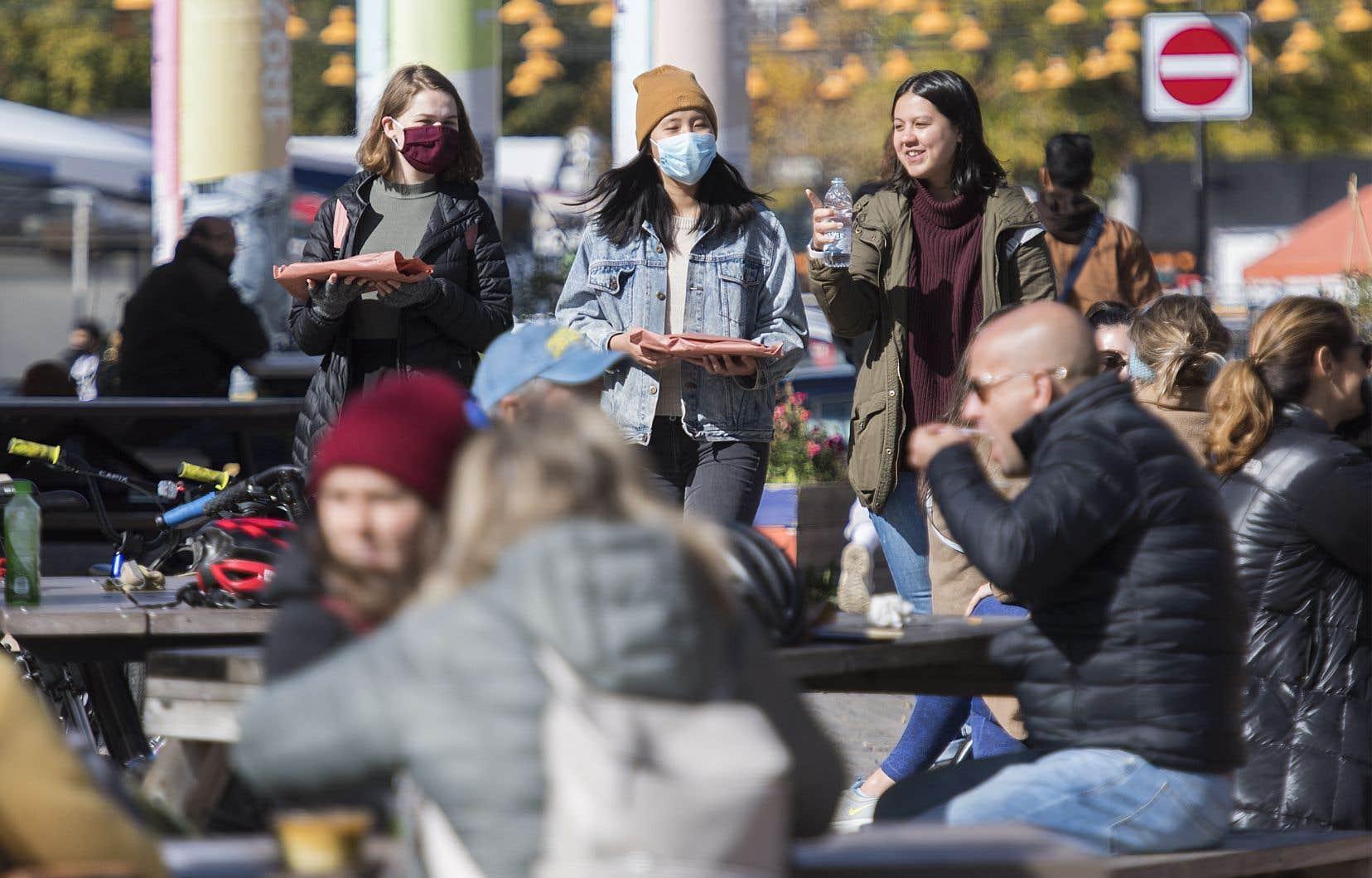 Selon le DrHoracio Arruda, le nombre d'employés qui effectuent de la recherche de contacts et des enquêtes de cas a doublé dernièrement au Québec, passant de 800 à 1600.