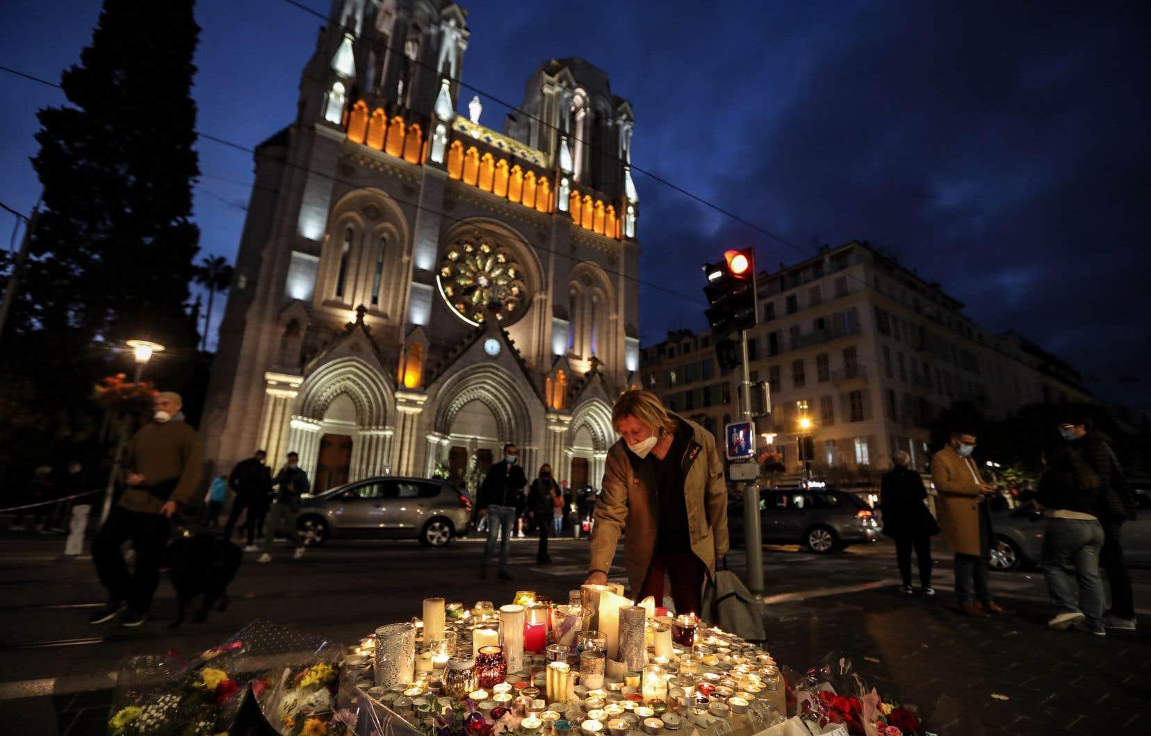 Si le recueillement était toujours de mise devant la cathédrale de Nice, plusieurs responsables politiques ont fait part de leur colère.