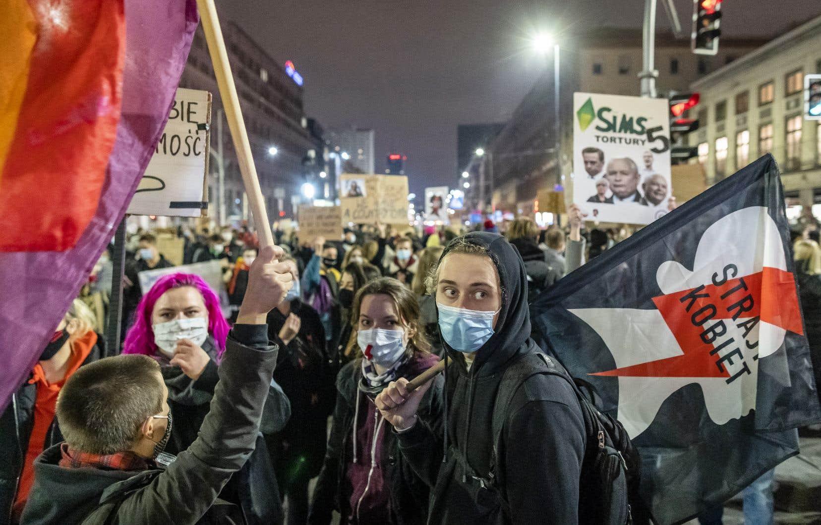 L'indignation bat son plein en Pologne, après l'arrêt du Tribunal constitutionnel, inféodé au parti national-conservateur Droit et Justice (PiS), jugeant illégal l'avortement en cas de malformation du fœtus.