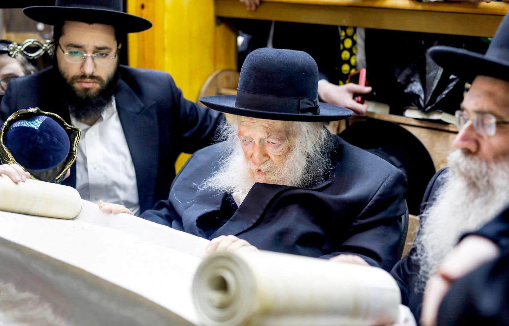 Chaïm Kanievsky, 92 ans, est un influent «maître», voire le «Prince de la Torah», pour ses adeptes, qui respectent à la lettre ses consignes. Il est ici photographié en compagnie de son petit-fils, Yaakov (à gauche).