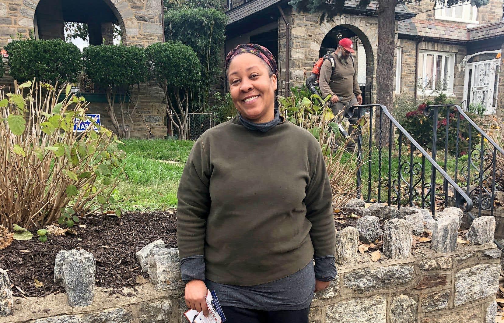 Heather Tucker-Holdin devant son mari et sa souffleuse à feuilles, en banlieue de Philadelphie