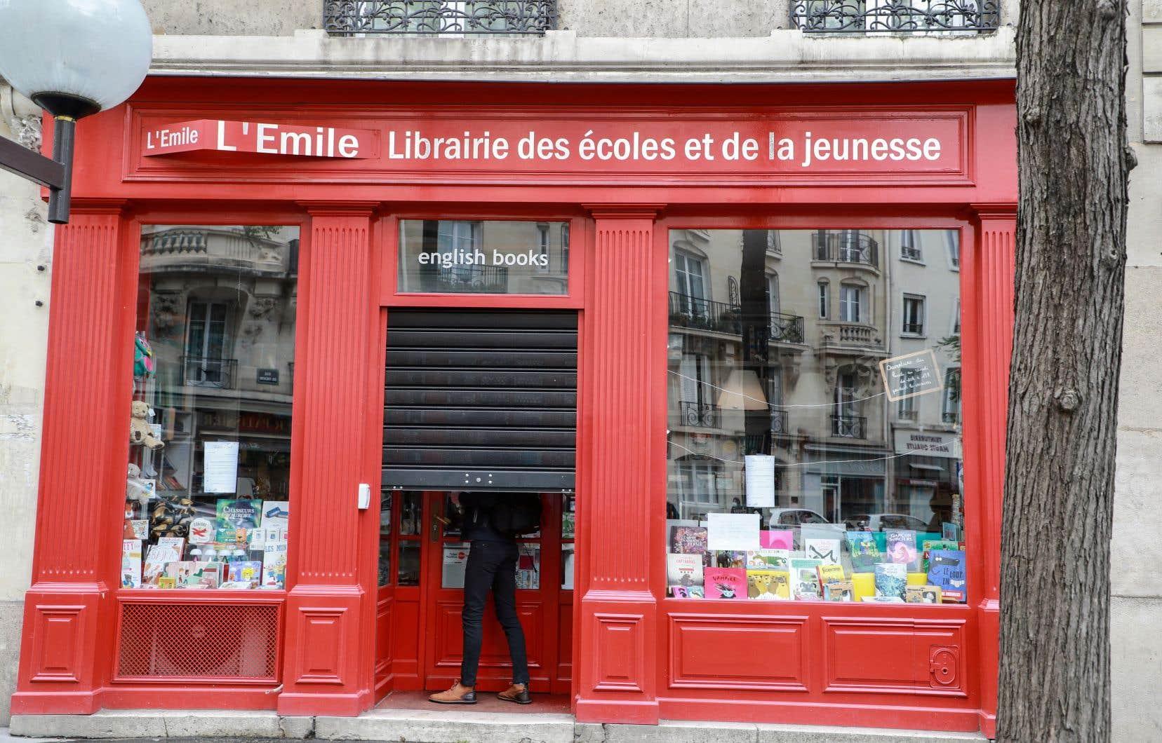 Contrairement au choix fait par exemple en Belgique et en Suisse, en France, le livre a été étiqueté «non essentiel».