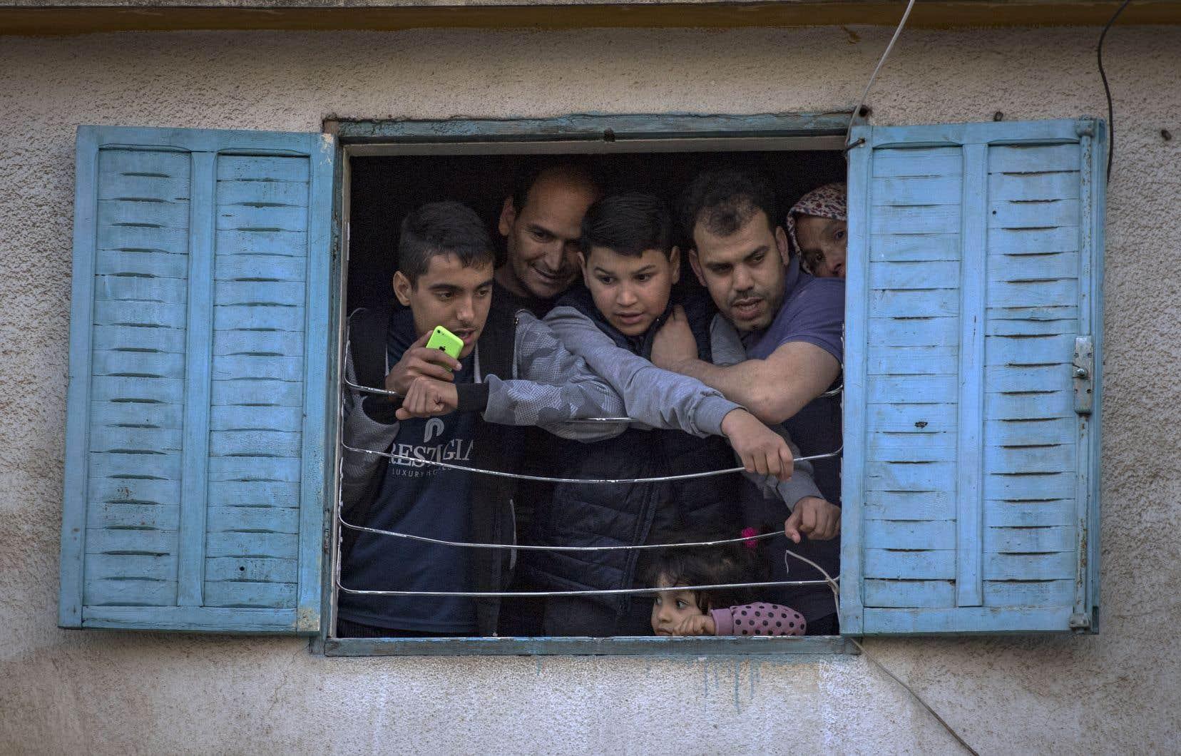 La perspective préhistorique permet de comprendre le rapport aux pandémies de l'humanité plus ou moins cloîtrée, plus ou moins en relations, estime l'archéologue français Jean-Paul Demoule. Sur la photo, des habitants confinés dans la ville de Rabat, au Maroc.