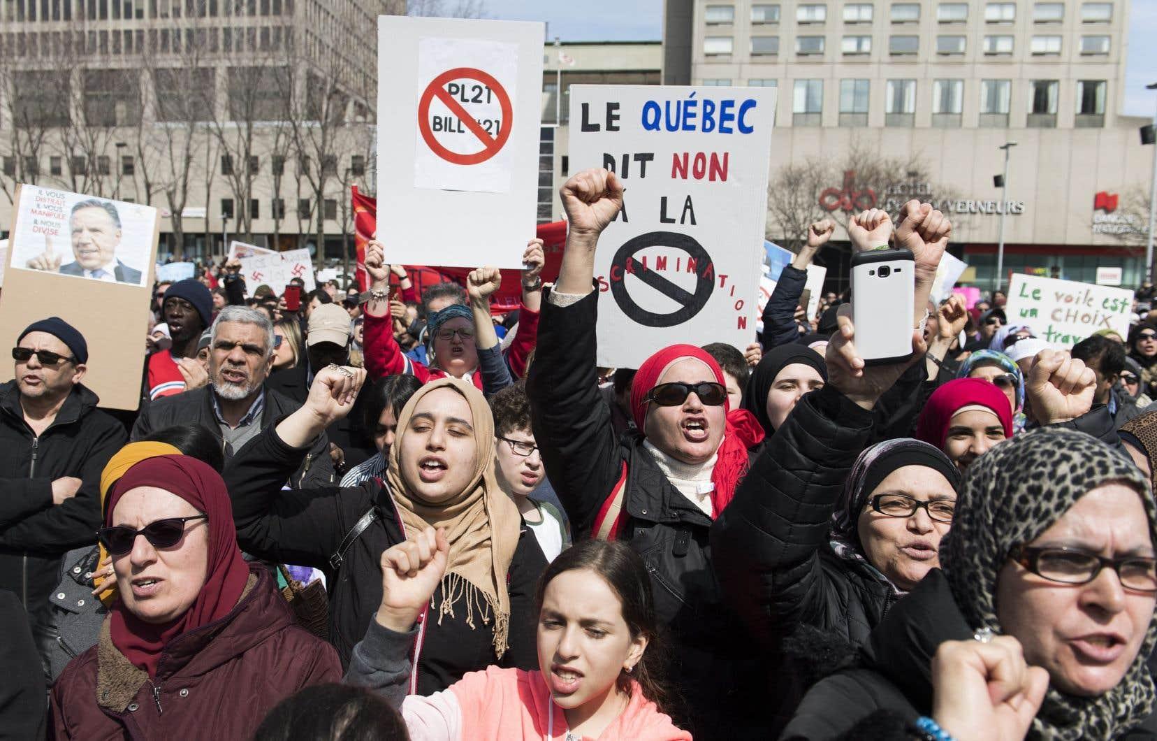 «Plaider la tradition civiliste du Québec, demander aux tribunaux, et spécialement à la Cour suprême, plus de retenue et une interprétation de la loi 21 selon la volonté du législateur pourrait être vain: en matière de religion tout au moins, la Cour suprême tient à la tradition de common law dans laquelle les juges font la loi», écrit l'autrice.