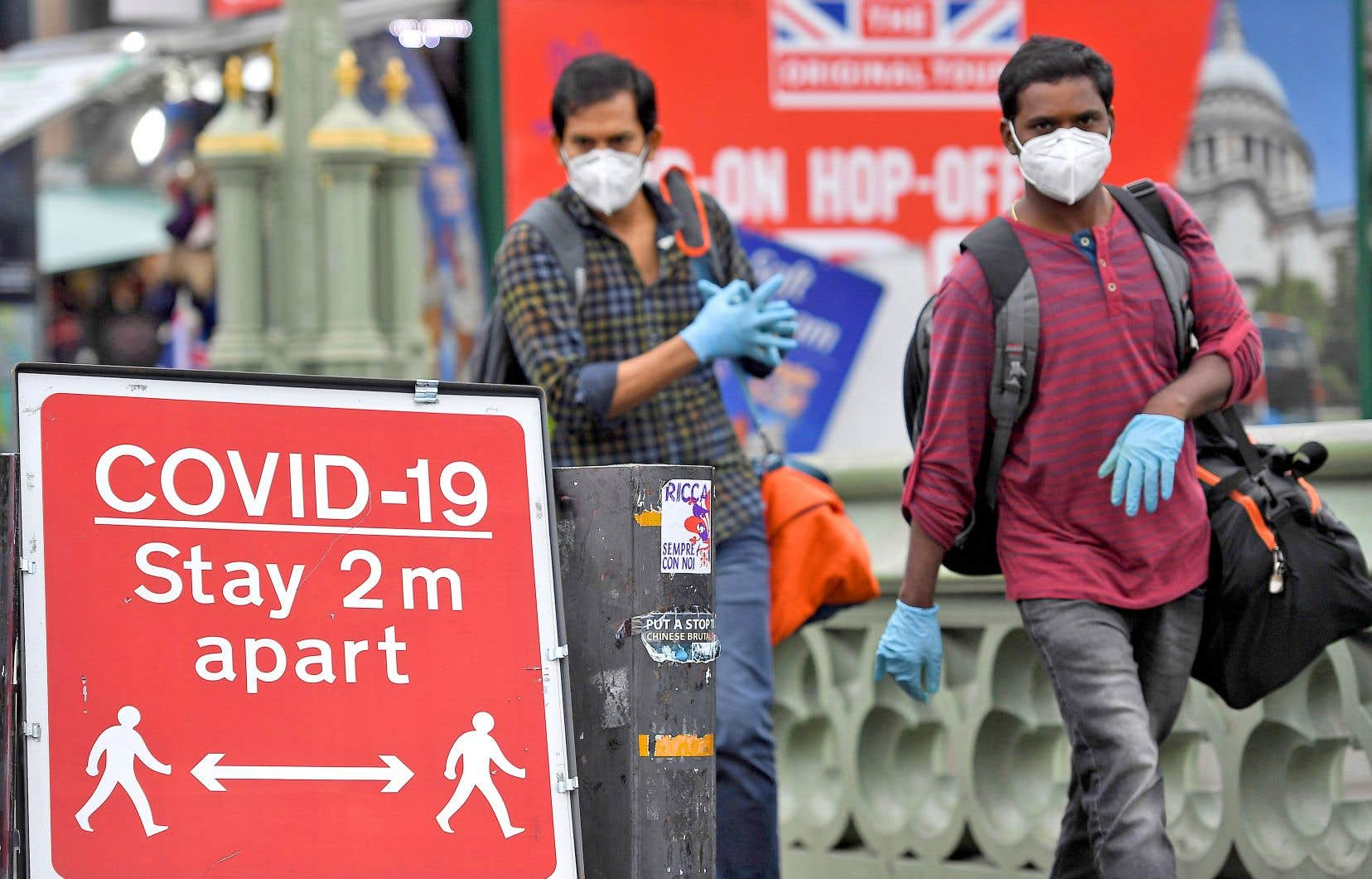 L'Angleterre sera à nouveau confinée à partir de jeudi. Sur la photo, des passants, à Londres.