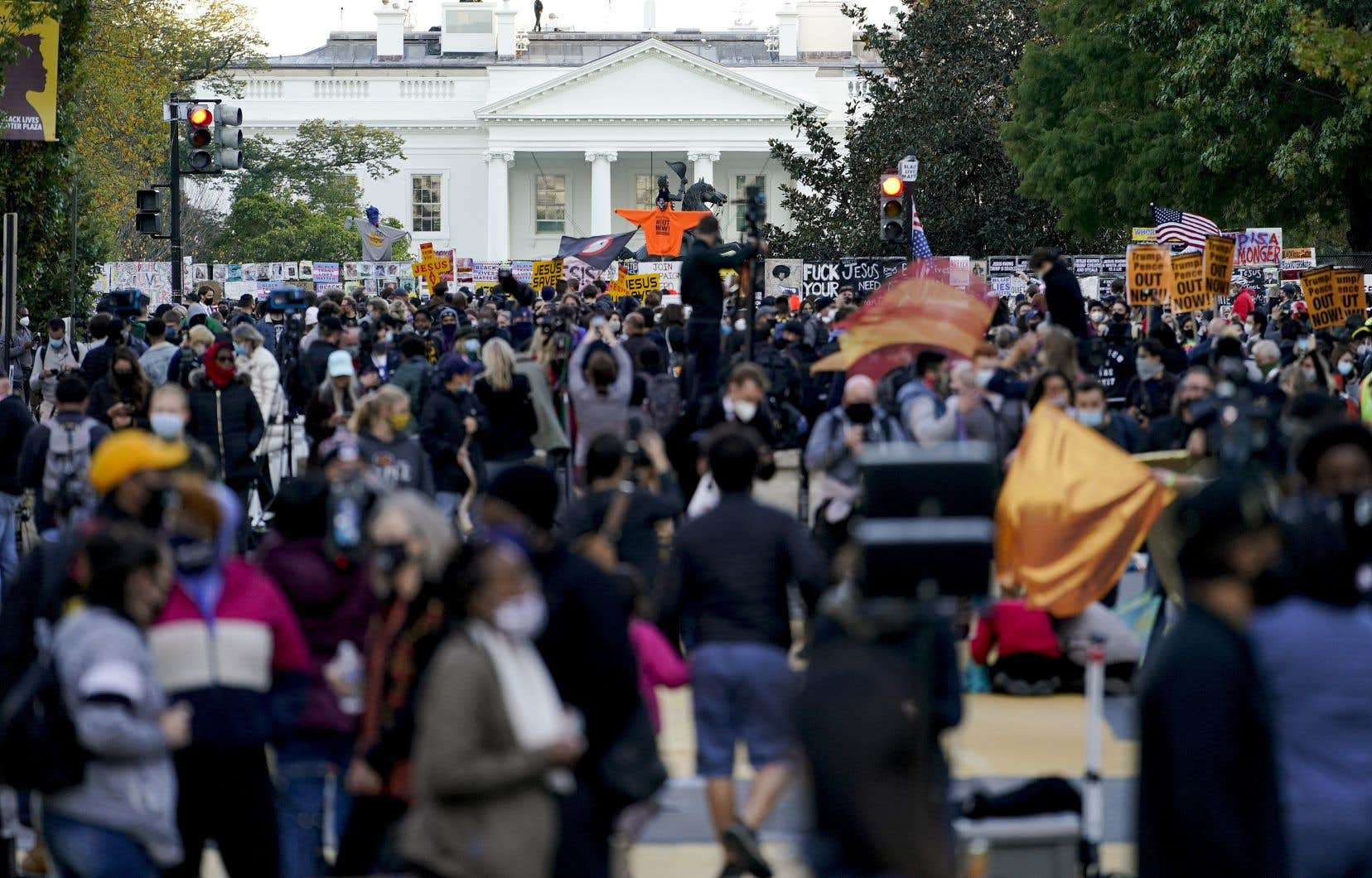 Devant la Maison-Blanche, où le président Donald Trump prévoit suivre les résultats de la soirée en direct en compagnie de 250 invités, quelques manifestants s'étaient déjà massés des heures avant que les premiers votes ne commencent même à être dépouillés.