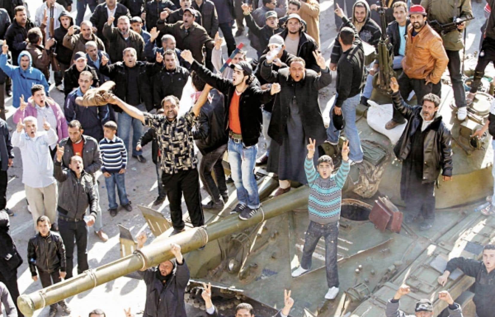 Partout en Libye, des militaires se sont ralliés à l'opposition. Sur cette photo, des insurgés entourent un char d'assaut à Zaouiya, dans l'ouest du pays.