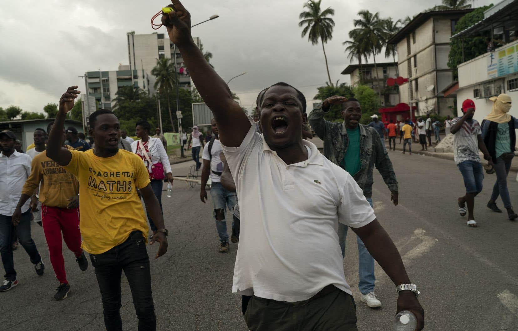 L'opposition, qui a boycotté le scrutin de samedi, juge que le troisième mandat du président Alassane Ouattara est «anticonstitutionnel». Sur la photo, des opposants au gouvernement ivoirien ont manifesté, mardi, dans les rues d'Abidjan.