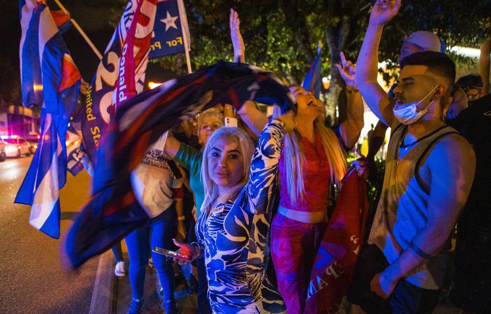 «Quatre années de plus, quatre années de plus», ont scandé des centaines de personnes réunies devant l'emblématique Café Versailles, situé sur la Calle Ocho, dans Little Havana, à Miami.