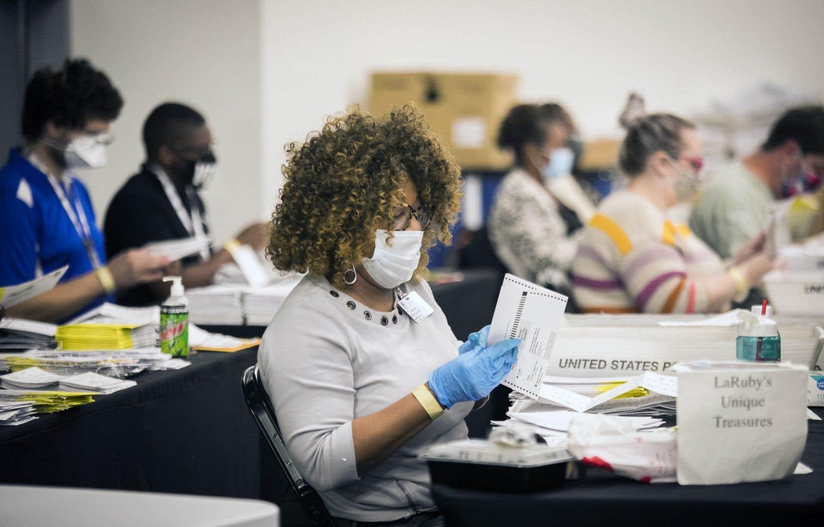 Au State Farm Arena, d'Atlanta en Georgie, le décompte du vote postal se poursuit jusqu'à ce que le dépouillement soit terminé aux petites heures du matin.