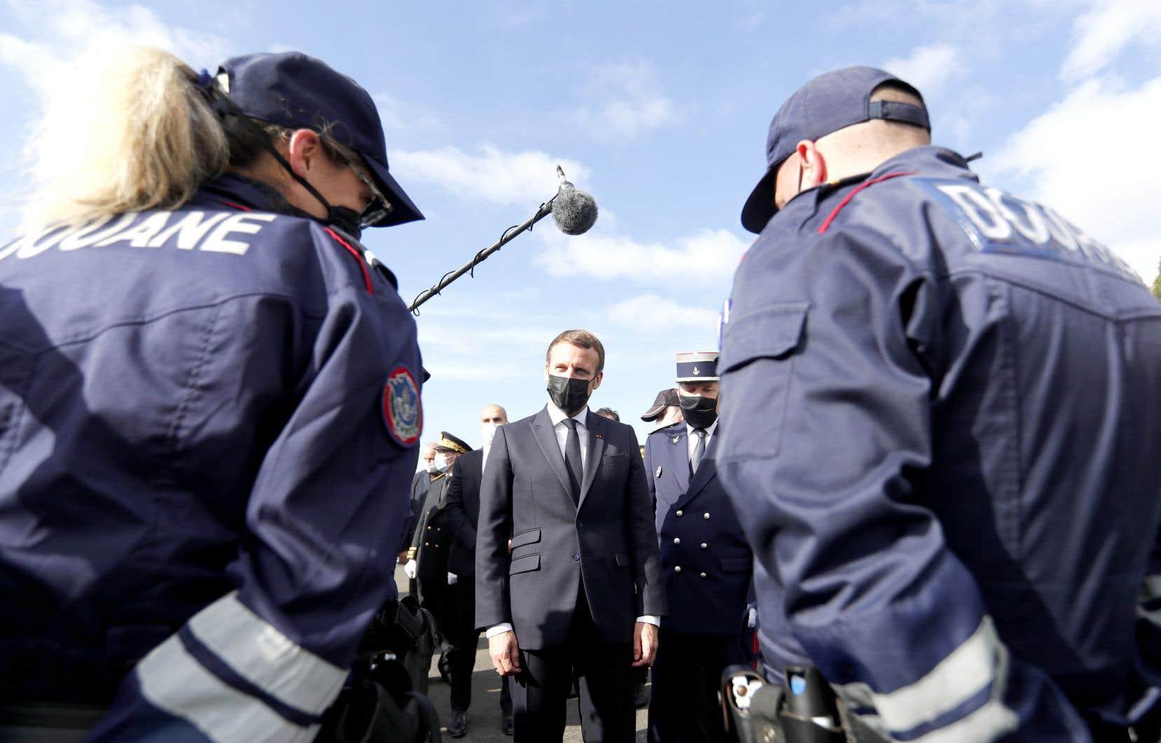 Le président français s'est entretenu avec les gendarmes de la police aux frontières au col du Perthus.