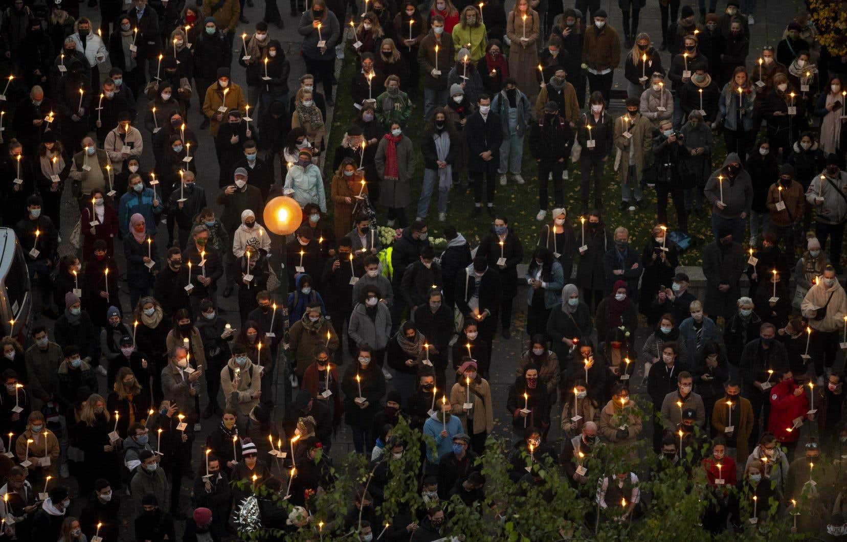 Sur les lieux de la fusillade, des centaines de Viennois se sont rassemblé jeudi soir pour une veillée aux chandelles.