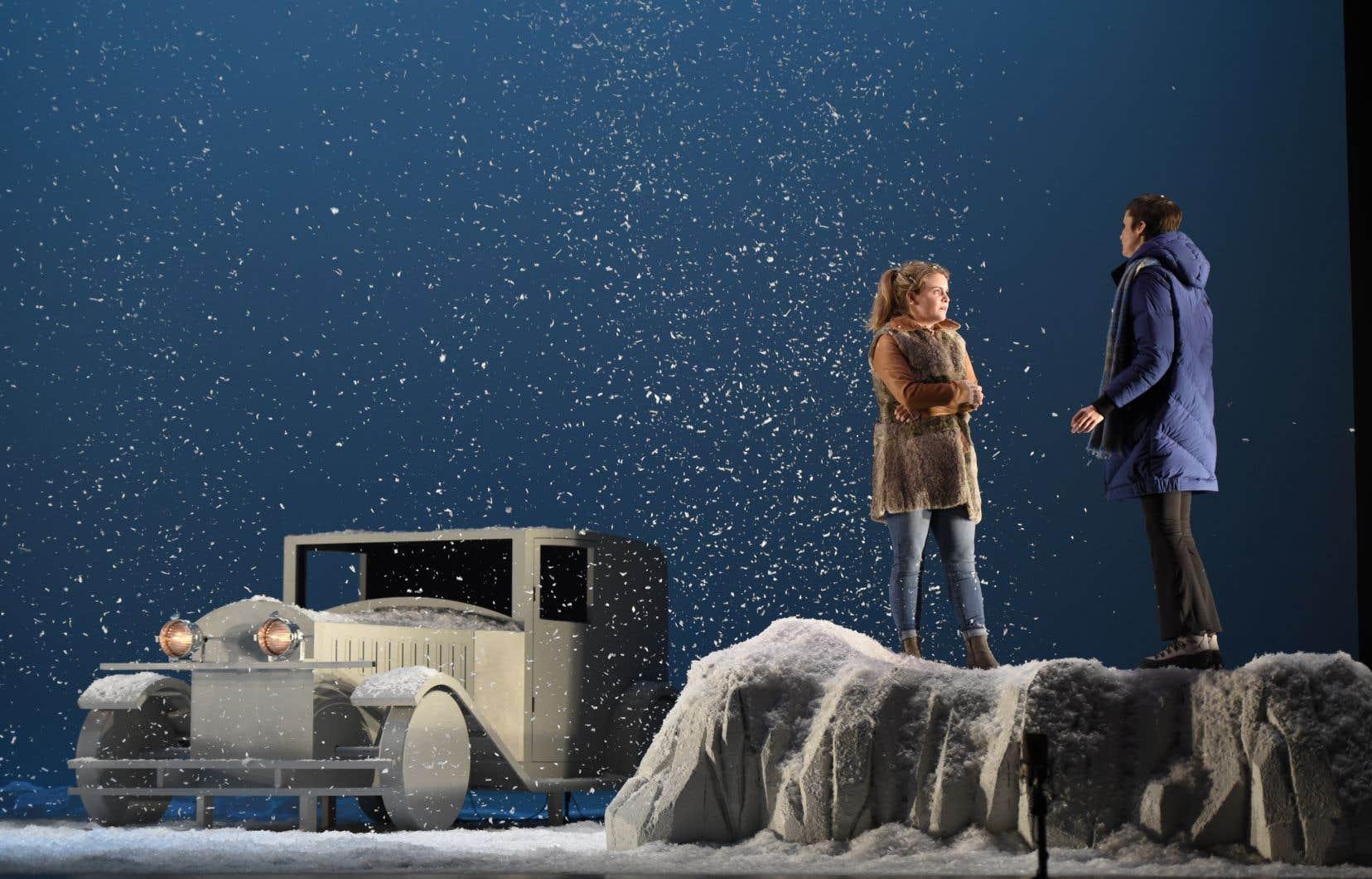 L'opéra «L'hiver attend beaucoup de moi» raconte le «road trip»et la rencontre de deux femmes, l'une violentée et enceinte et l'autre ex-violentée révélant son passé, dans l'hiver québécois.