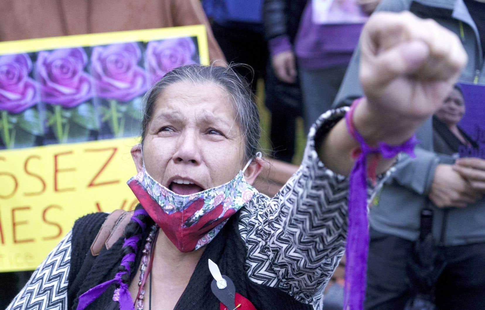 Une femme assistait à la vigie à la mémoire de Joyce Echaquan, fin septembre. Le ministre Dubé souhaite que les mesures de «sécurisation culturelle» soient implantées en priorité dans les hôpitaux près des communautés autochtones, comme celui de Joliette, où Joyce Echaquan est morte.