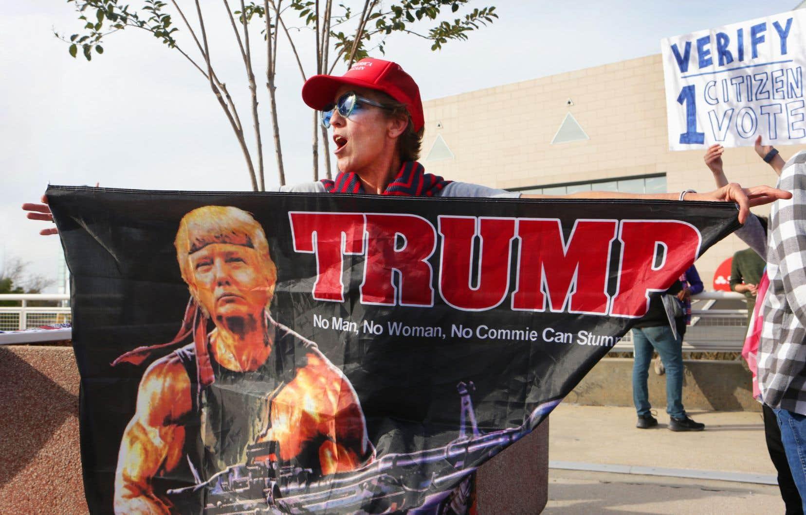 Devant le State Farm Arena à Atlanta, en marge du décompte final des votes en Géorgie, Mary Margaret Brown fait partie d'une cinquantaine de manifestants pro-Trump qui demandent  l'arrêt du  décompte des votes postaux en Géorgie.