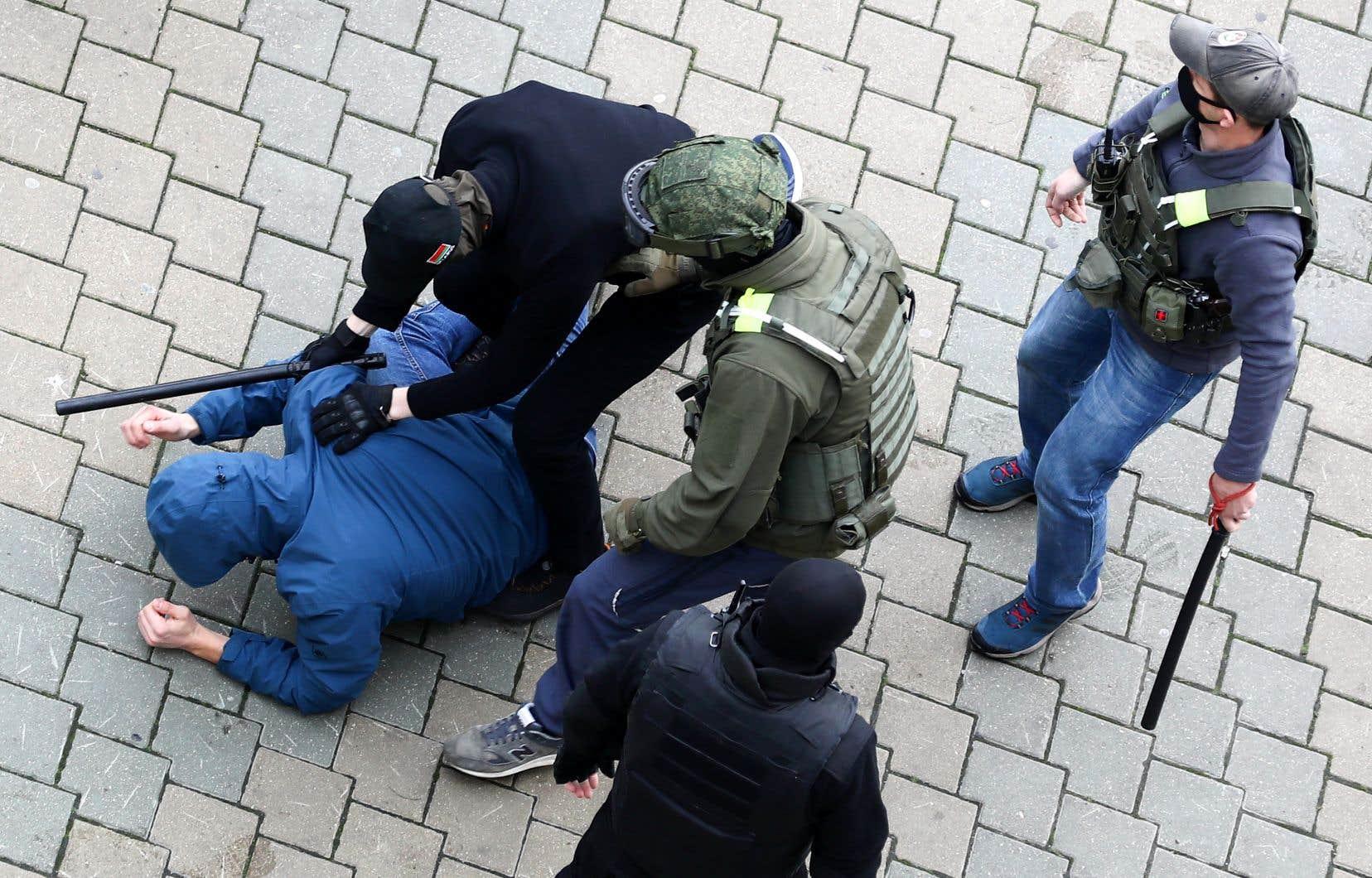 Selon l'organisation de défense des droits de la personne Viasna, plus de 230 manifestants ont été arrêtés en divers lieux de la capitale.