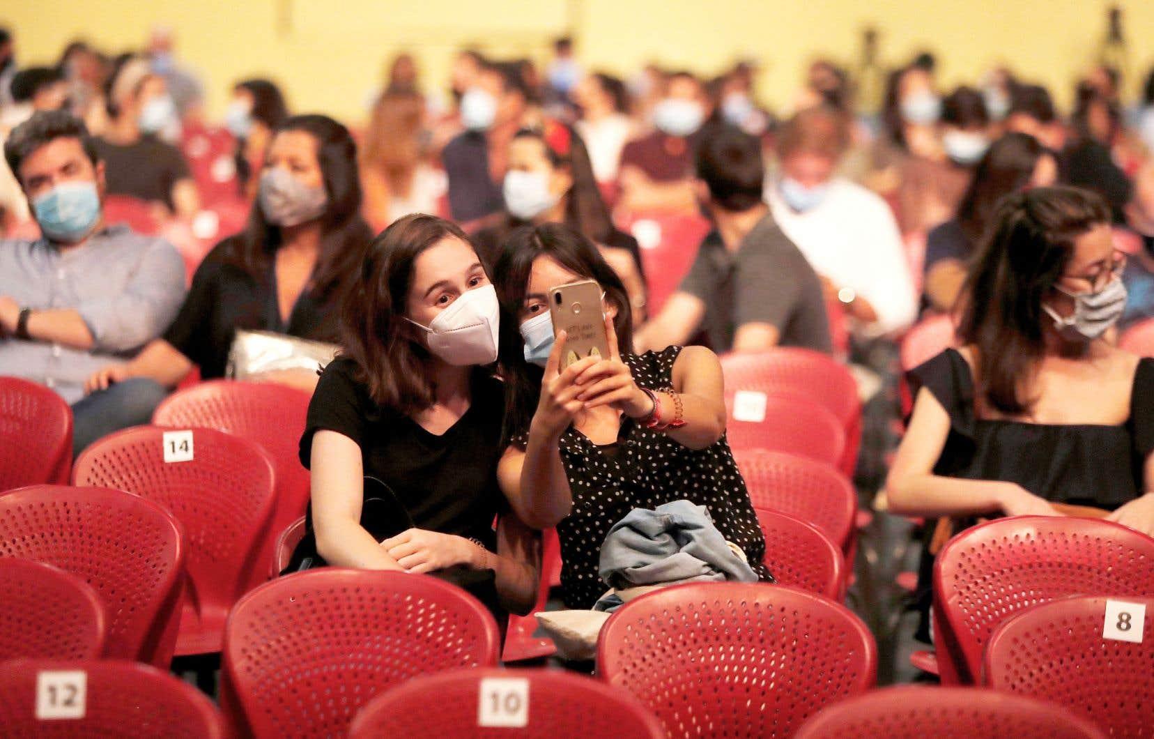 Selon les chercheurs, à une ventilation adéquate, un plan de salle tenant compte de la distanciation physique et un public assis s'ajoute une recommandation qui se démarque: «le masque doit être porté à tout moment en position assise».