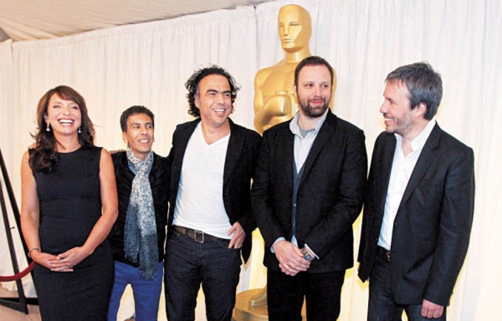 Denis Villeneuve (à droite) pose en compagnie de cinéastes nommés dans la catégorie du meilleur film en langue étrangère, Susanne Bier, Rachid Bouchareb, Alejandro Gonzales Iñárritu et Giorgos Lanthimos lors de la cérémonie des Oscar, le 15 février dernier à Hollywood. Le cinéaste québécois a dit avoir beaucoup aimé l'esprit de famille qui régnait lors de l'événement.<br />